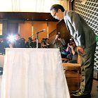 謝罪会見の冒頭で大勢の報道陣に頭を下げる新垣さん