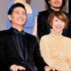 2012年2月のブルーリボン賞授賞式で並んで笑顔を見せる伊勢谷友介(左)と長澤まさみ