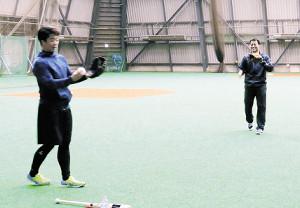 キャッチボールをする鶴岡(左)と田中
