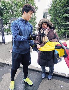 自主トレ後、ファンにサインをする鶴岡(左)