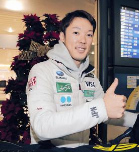 クリスマスツリーを背に笑顔でサムアップする小林潤志郎