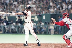 90年6月2日の広島戦で、敬遠のボールを打ち、サヨナラ二塁打を放ったクロマティ(捕手・植田)