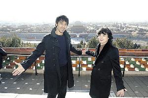 北京市内、景山公園の高台から故宮を望む阿部寛(左)と染谷将太
