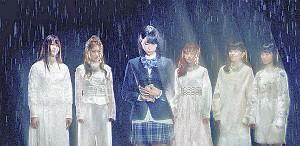 「いつかこの涙が」のMVに出演する、高橋ひかる(左から3人目)とLittle Glee Monster