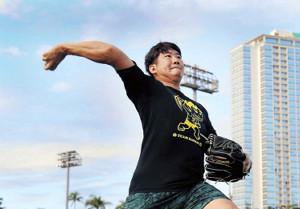 右腕をムチのようにしならせて、キレのあるボールを投げ込む菅野(カメラ・中島 傑)