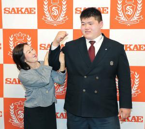 入門会見後、祖母・納谷芳子(左)さんと記念撮影する納谷幸之介(カメラ・生澤 英里香