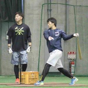 河野とともに打撃練習をする中井(右)