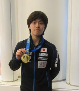 2年ぶりの優勝を飾った男子ダブルスの金メダルを掲げる森薗政崇