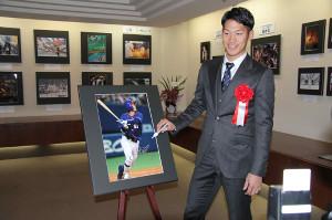 名鉄百貨店で行われる中部報道展の特別ゲストとして訪れた中日・京田。展示される自身の写真にサインした