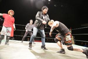 弟子の佐瀬(左)の引退試合に乱入し、おいしい所を持っていった大仁田厚(中央)