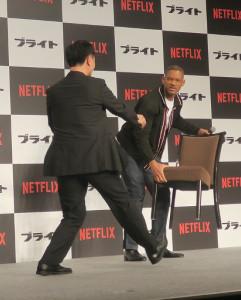 映画「ブライト」の記者会見に出席し、椅子を片づけるウィル・スミス