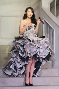 アーティスト名義「JY」としての新曲発売記念イベントで新聞紙ドレスを披露した知英
