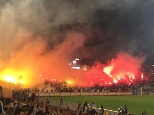 セルビアのスタジアム。発煙筒の煙で試合が中断した(2014年10月18日撮影)
