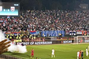 セルビアのスタジアム。ピッチに発煙筒が投げ込まれ、試合が中断した(2014年10月18日撮影)