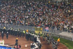 セルビアの応援席は暴動対策で無数の警備員に囲まれている(2014年10月18日撮影)