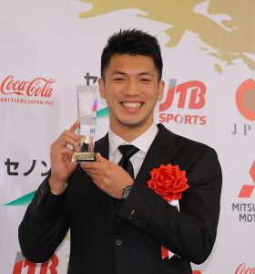 殊勲賞を受賞した村田諒太がトロフィーを手に笑顔