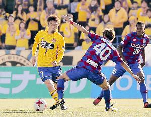 2日におこなわれた甲府とのシーズン最終戦で、サポーターをバックにプレーする仙台・奥埜(左)