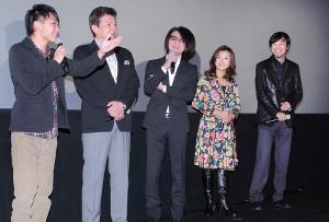 1964年の東京五輪の開会式当日も描かれている「ALWAYS 三丁目の夕日'64」公開当時の山崎貴監督(右端)と出演者の(左から)須賀健太、三浦友和、吉岡秀隆、薬師丸ひろ子(2012年1月)