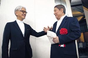 控室で再会して談笑する特別賞の北野武監督(右)と坂本龍一(カメラ・矢口 亨)