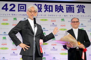 特別賞を受賞したスティーブン・ノムラ・シブル氏に花束を贈呈する坂本龍一(カメラ・小泉 洋樹)