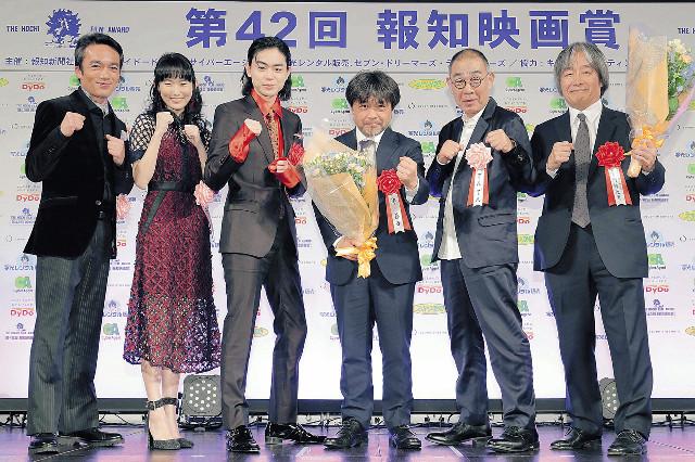 ファイティングポーズで受賞を喜ぶ(左から)高橋和也、木下あかり、菅田将暉、岸善幸監督、でんでん、スターサンズ・河村光庸氏