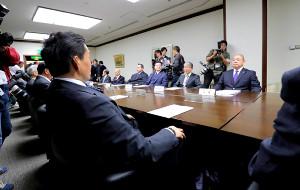 両国国技館で理事会に臨む貴乃花親方(左手前)と八角理事長(右奥=カメラ・竜田 卓)