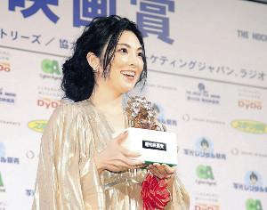 19年前と同じ3・5キロのブロンズ像を手に賞の重みを実感したという田中麗奈(カメラ・矢口 亨)