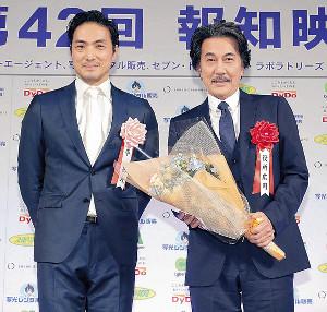 平岳大(左)から花束をもらい、ほほ笑む役所広司