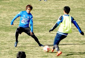 ミニゲームでボールを奪い合う横浜Mの天野(左)と遠藤