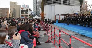 集まったサポーターの前で、優勝報告のあいさつをする浦和・堀監督