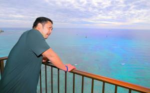 ハワイで名球会などの行事を終え、宿舎のテラスから海を眺める阿部(カメラ・中島 傑)