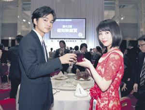 新人賞をともに受賞し、喜ぶ北村匠海と浜辺美波(カメラ・関口 俊明)