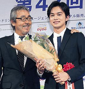 サプライズで登場し北村を祝福した寺尾聰(左)