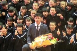 母校の中学生と写真を撮る藤平