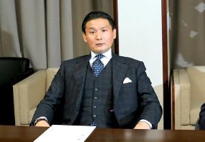 理事会で硬い表情の貴乃花親方(カメラ・竜田 卓)