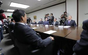 理事会に臨む貴乃花親方(左手前)と八角理事長(右奥)