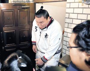 報道陣に囲まれながら、宮城野部屋から外出する白鵬(カメラ・川口 浩)