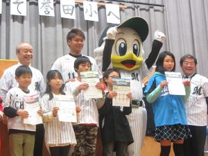 千葉市立誉田小学校を訪問し、算数ドリルを配った佐々木