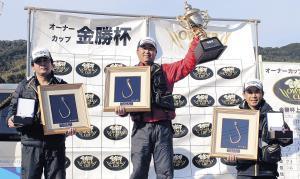 表彰台でカップを掲げる井口選手(左は2位・坂東選手、右は3位・生駒選手)