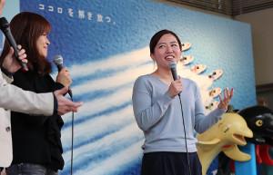 高橋淳美(左)とトークショーを行ったガールズケイリンの白井美早子