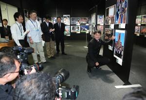 16日から開催中の「野球報道写真展2017」。オープニングイベントには日本ハムドラ7の宮台康平が訪れ、に出席し、自身の写った写真にサインした
