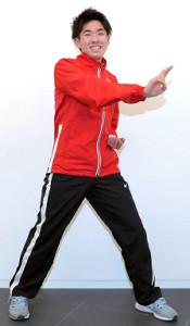 大好きな「仮面ライダークウガ」の変身ポーズを披露する菊地駿弥