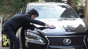 車を磨く要潤(C)フジテレビ