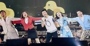 ライブでもダンサーと肩を組んで「若い広場」を歌った桑田佳祐(中央)