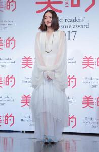 白いシースルーのドレスで登場した石原さとみ