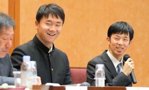 東大のシンポジウムで対談した箱根駅伝関東学生連合の近藤秀一(右)と日本ハム・ドラフト7位の宮台康平