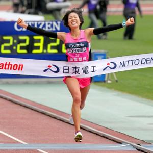 12年大阪国際女子マラソン。ロンドン五輪代表選考レースで初優勝し両手を思いっきり広げてゴールする重友梨佐(天満屋)