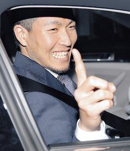 契約更改で1億円の大台を突破し、笑顔でポーズをとる千賀