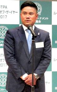 表彰式であいさつする選手会長の宮里優作