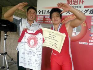 新日本プロレスの現役レスラーでもあるブシロードクラブの永田裕志監督(左)は、初の世界選手権代表入りを決めた教え子・山口剛(右)とトレードマークの敬礼ポーズで喜びを分かち合った